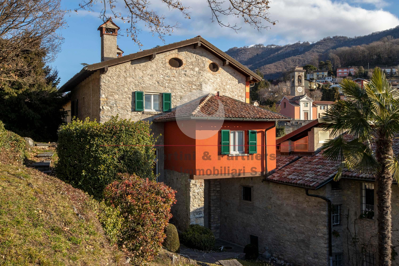Splendida casa colonica con dépendance in vendita a Morbio Superiore
